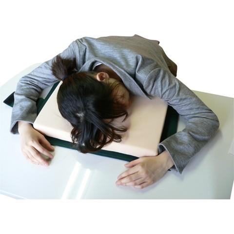 【社畜のみなさまへ】怒られない「お昼寝専用まくら」を発見! 調べものしてたら寝ちゃった…みたいに可愛く眠れるよ♡