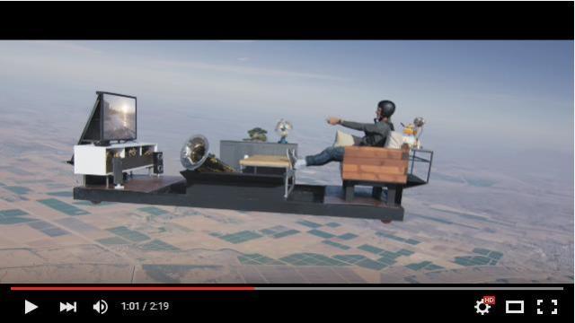 【衝撃映像】空飛ぶリビング!? 猛スピードで落下しているのにゲームに熱中し続ける男性がスンゴイ!