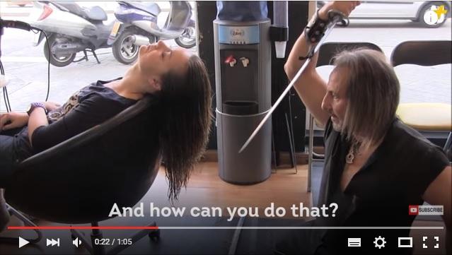 日本刀でヘアカット、髪を燃やして炎がメラメラ…スペインのちょいワル美容師のヘアカット法が斬新すぎ! もはや笑うしかないレベル