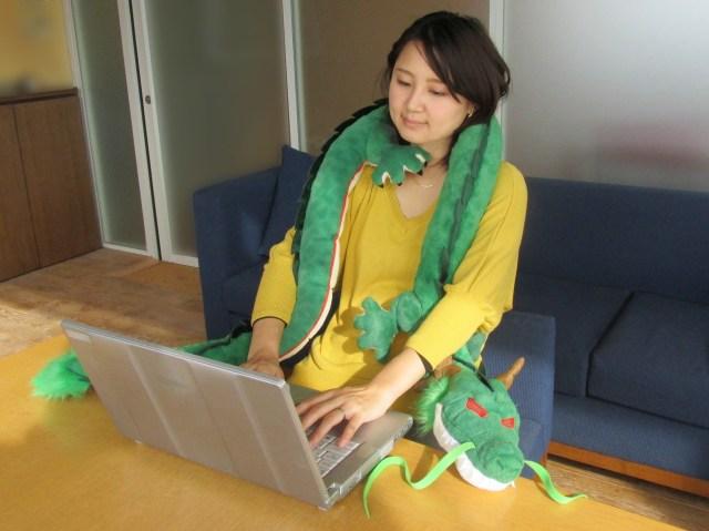「ドラゴンボール」に登場する神龍のクッションがとにかく長い / 全長約2mもあるから首にも巻けるし抱き枕にもなる!