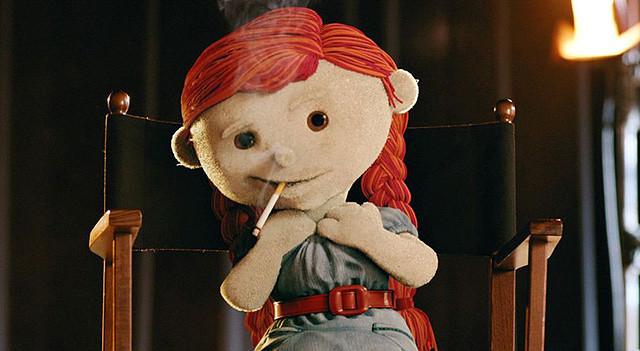 テッドも顔負けの下ネタ好き! 赤いおさげ髪の人形・ベラの毒舌がクセになる映画『ベラ Bella』【最新シネマ批評】