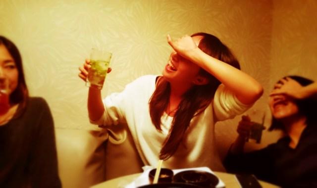 【ホンネ調査】飲み過ぎて失敗しちゃったことってある? アラサー女子の失敗談「パトカーで護送された」「起きたらバスタブの中」