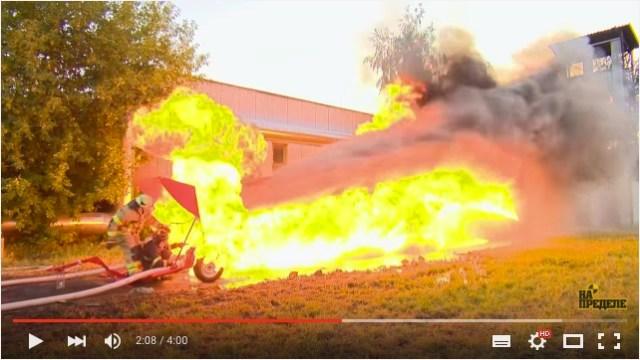 【衝撃の結末】強力な火炎放射器と消防用の放水装置、どっちが強いか検証してみたところ……!!