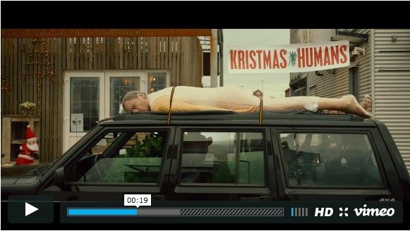 もしもクリスマスツリーが木ではなく「人間」だったら!? 結末まで目が離せないシュールでブラックなCMをご紹介☆