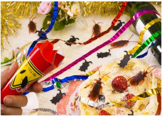 【恐怖】ゲゲゲ! リアルなゴキブリ5匹が飛び出すクラッカーが発売されたよ / イタズラにもほどがあるって怒られそうですね♪