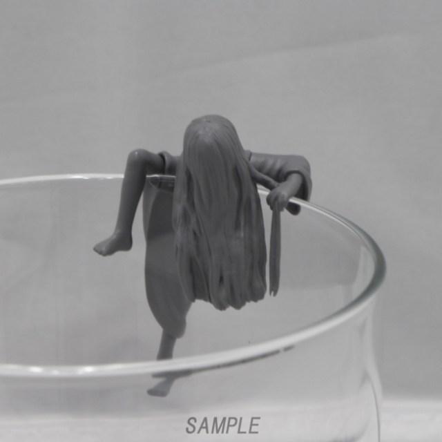 お願いだからコップのフチに舞い降りないでーッ! 2大最恐ホラーヒロインが登場する映画『貞子vs伽椰子』が奇譚クラブのフィギュアに!!