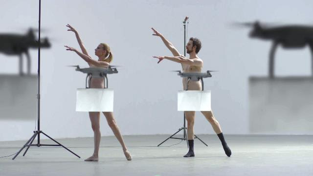 """全裸で踊るダンサーたちの """"大事な部分"""" をドローンが上手に隠す『BUYMA』CMが衝撃的すぎる!"""