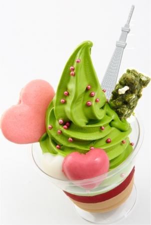 名店・祇園辻利が期間限定で「バレンタイン抹茶ソフト」を販売中♪ ピンクと緑のキュートな一品を味わえるのは「ソラマチ店」オンリー!