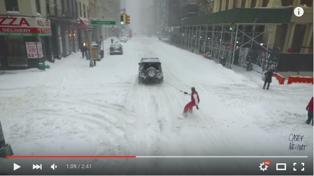 街に大雪が降ったら「スノボをすればいい」じゃない!? 米NY中を颯爽と駆け抜ける男性を発見したなり