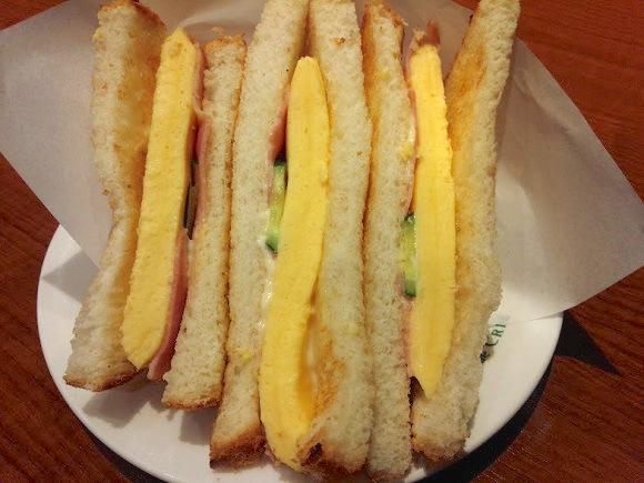 カフェ・ド・クリエの新メニュー「厚焼き玉子を挟んだトーストサンド」はボリューム満点! サクサク&フワフワのやさしいお味に和みます