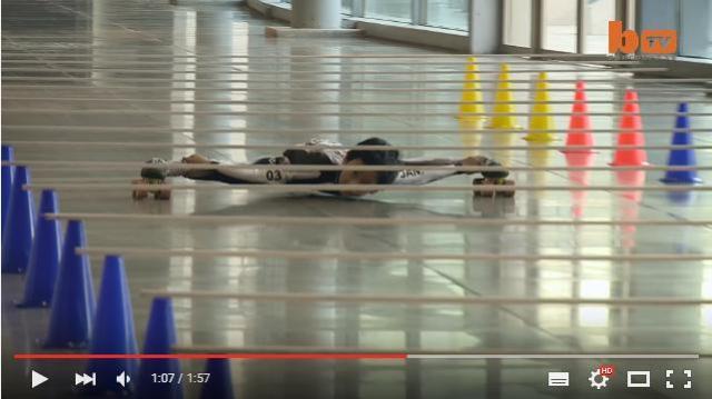 まるでスパイダーマン! 地上わずか28cmのバーを「リンボースケート」で駆け抜ける天才キッズがインドにいた!
