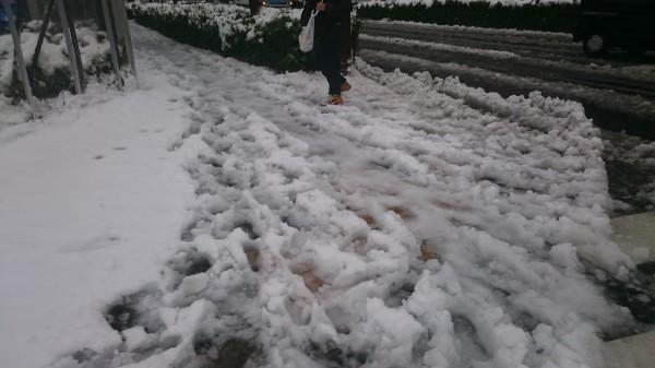 【大雪対策】帰宅時・出社時に使える! 雪道を歩くときに転ばない「歩き方&靴選びのポイント」はコレ!!