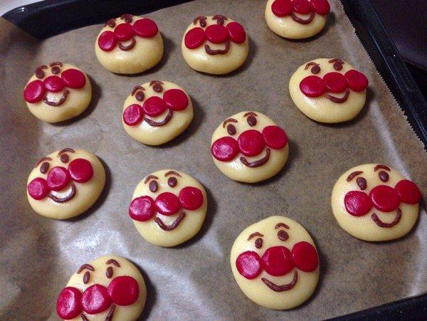 オーブンの中で何が!? すごい状態で焼き上がったアンパンマンのクッキーが話題 / Twitterの声「これは笑う」「かわいくてジワる」