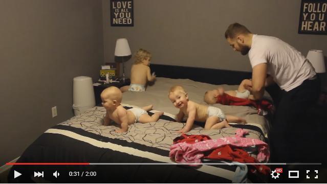 【パパも頑張れ】わんぱく2歳児と三つ子の赤ちゃんにパジャマを着せる動画の続編! お父さんバージョンが公開されたよ〜!!