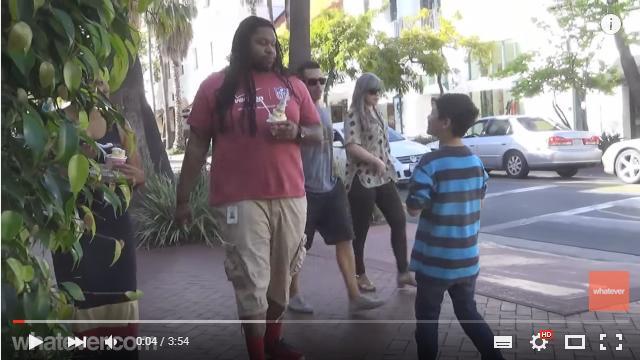 【実験動画】道行く男性に子どもが「ボクのお父さんだよね?」と声をかけたらどうなる!?