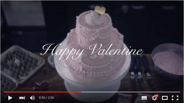 ピンク色の特製バレンタインケーキを女性がデコレーション! 美味しそう〜♪ と思ったら予想外の展開が待っていた!!