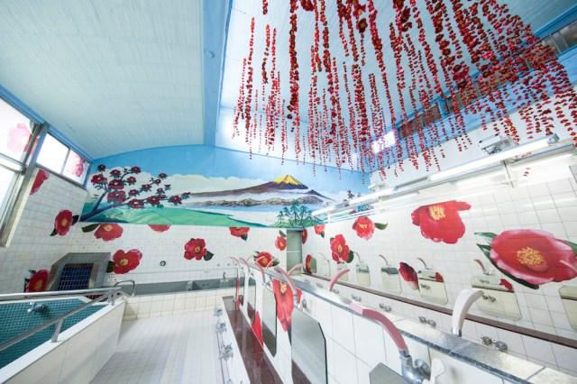 資生堂のTSUBAKIと蜷川実花さんがコラボした銭湯「TSUBAKI湯」がステキすぎ! 椿で彩られたゴージャスな空間にうっとりなのです☆