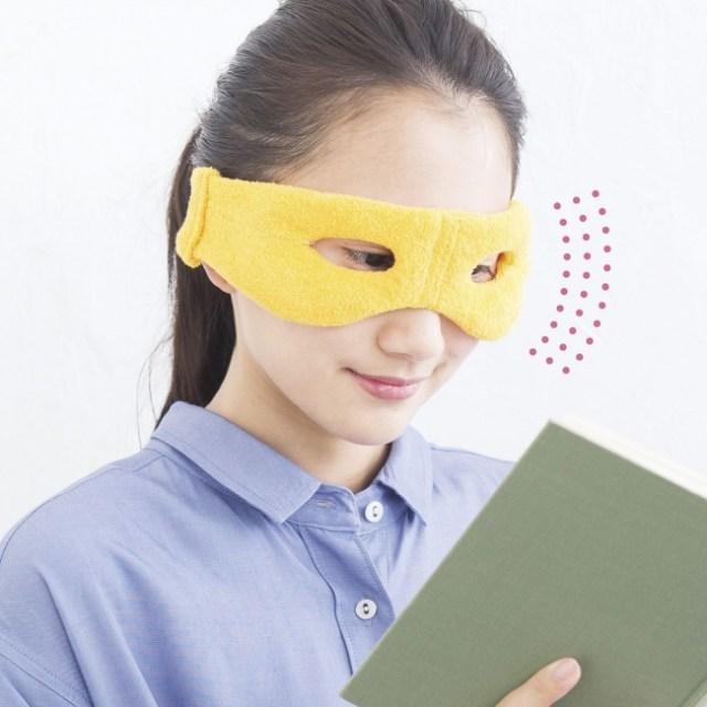 【疲れ目ケア】目の部分に穴が開いたホットアイマスクが超便利そう! 装着したまま好きなことができるよ♪