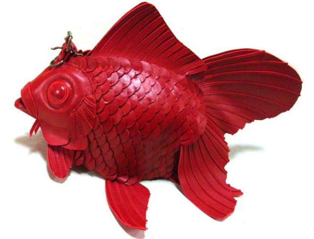 【ビビる】迫力ありすぎる金魚バッグに二度見間違いナシ!! 牛革&ハンドメイド製でお値段もかなりのビックリ価格!