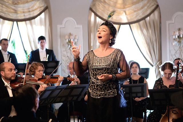 愛すべき音痴のソプラノ歌手がフランス映画で甦る!?  映画『偉大なるマルグリット』が奏でる夫婦愛と音楽への片思い【最新シネマ批評】