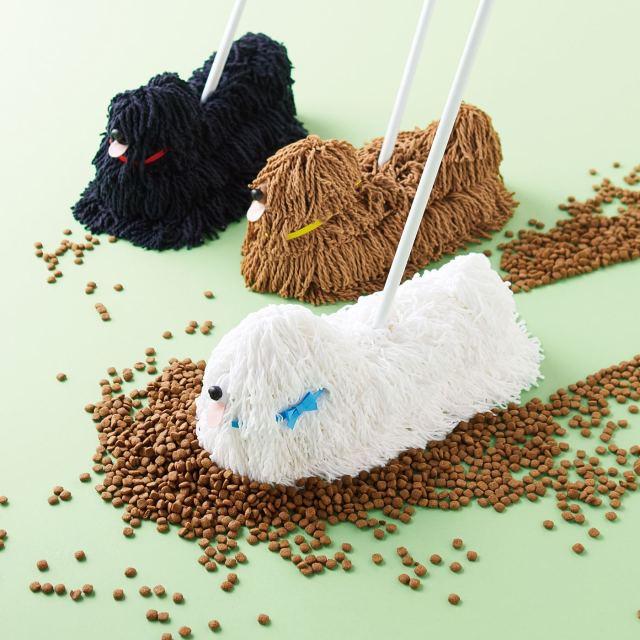 一緒にお掃除するワン♪ ワンコとお散歩してるみたいなモップが楽しい! フサフサの毛足がホコリをみるみるキャッチ