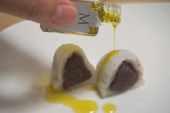 フルーティー感ヤバすぎ! 意外な組みあわせの「オリーブ大福」食べてみたら…大福とオリーブオイルは最強のパートナーだったことが判明!