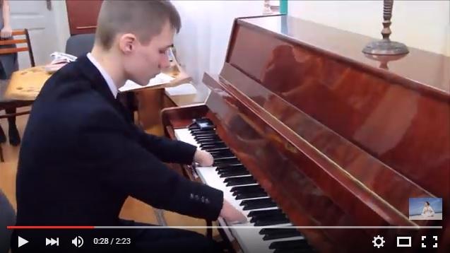 指がない15歳のピアニストの演奏動画に世界じゅうが注目! たった1年半で美しい映画音楽を弾けるほどに…!!