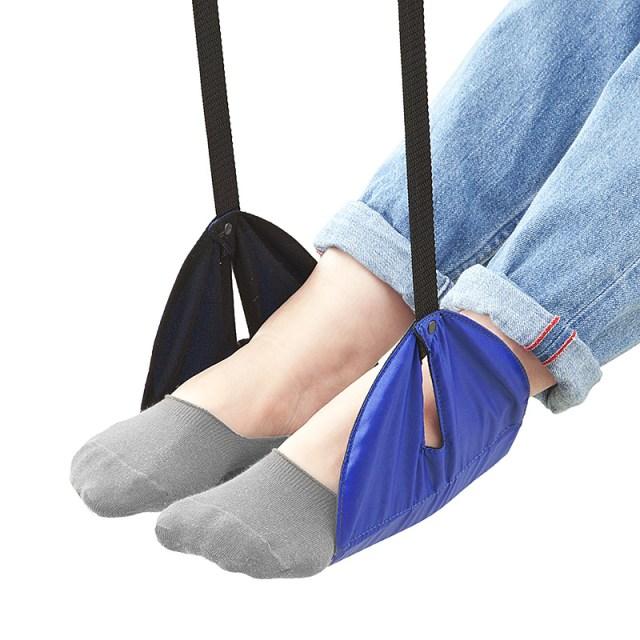 旅好き女子の必需品かも! 足を吊るせる携帯用「フットレスト」が便利そう!! 新幹線や飛行機のテーブルに設置できるよ♪