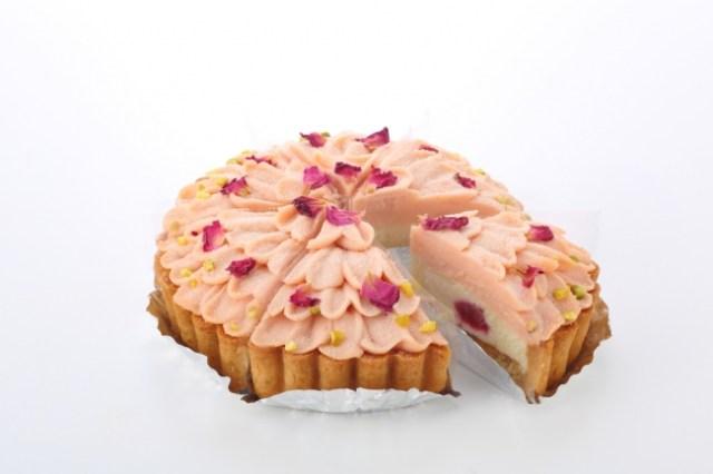 【母の日ギフト】ピンク色の豆乳クリームにバラの花びらをトッピング! お花みたいな「マクロビオティックのケーキ」が素敵です