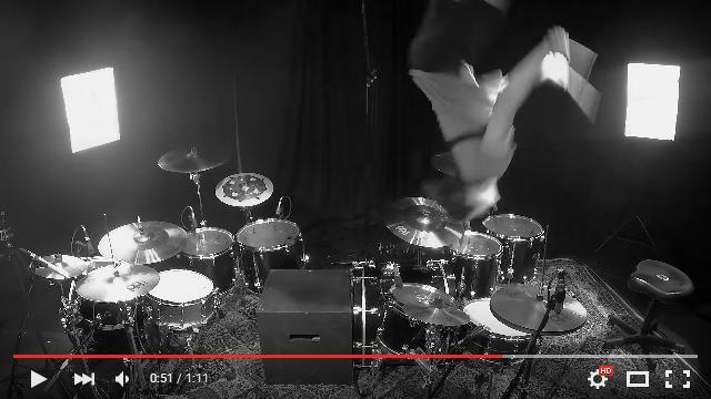 見事なアクロバットにご注目! 2つのドラムセットの間を後方宙返りで移動しながら演奏するドラマーを発見したよ!!