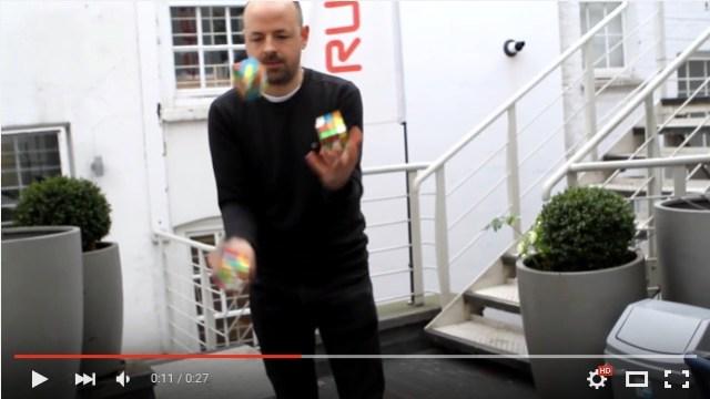 【ビックリ】3つのルービックキューブをジャグリングしながら20秒未満で完成させる男性がスゴすぎる!