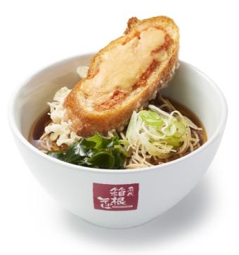 そばの上にパン…異色コラボすぎる!! 箱根そばで「明太チーズフランス天そば」が期間限定で発売されるよ!