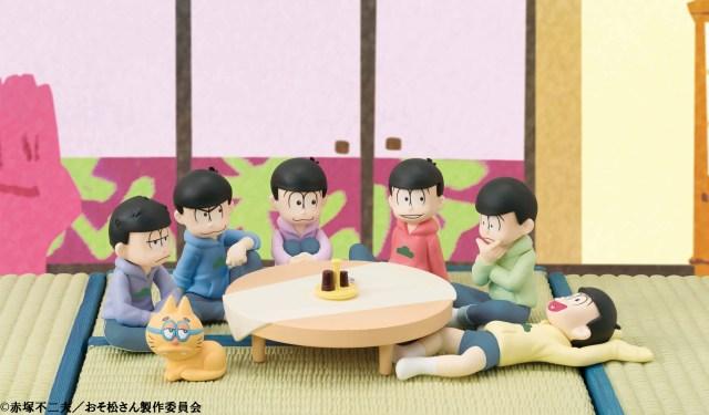 """「おそ松さん」六つ子が居間でくつろぐ """"てのひらサイズ のフィギュアセット"""" 登場! 限定で「エスパーニャンコ」もついてくるよ!!"""