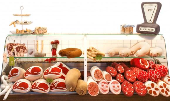 """本物みたい! 大きなソーセージや骨付きハムがぬいぐるみに…!! ドイツに世界初の """"テキスタイル"""" 肉屋がオープン"""