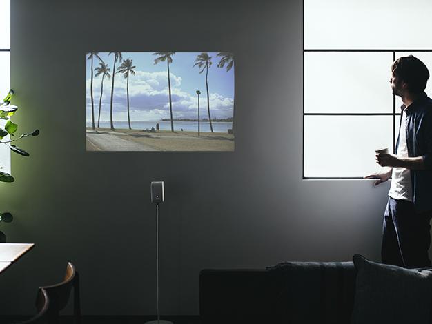 ソニーが発売した超コンパクトなプロジェクターがすごい! 壁にピッタリ付けて置いても映像がキレイに出せちゃうよ