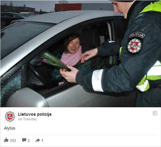 【国際女性デー】警察官が道行く女性たちにお花をプレゼント! みんな超笑顔&とっても嬉しそうです♪