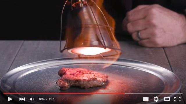 「直火」で焼くならコレ!! 火炎噴射器で生肉を焼いて最高のステーキを作っちゃう動画