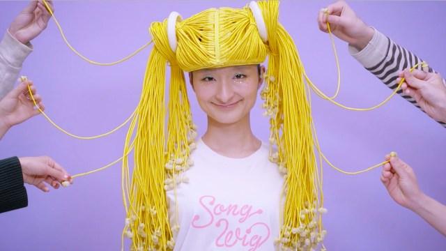 【次世代すぎ】髪の毛で音楽を聴く!? 無数のイヤホンから作られている超斬新なウィッグ「Song Wig」