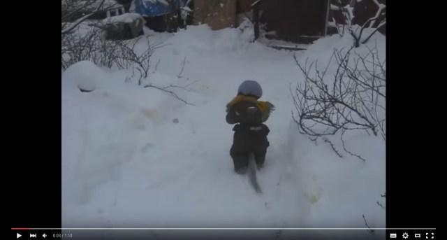 雪の中を元気に飛びはねる子ども…かと思いきや、おサルさんだったよ!? おしゃれなウェアに身を包んでお友だちに会いに行く姿がキュート☆