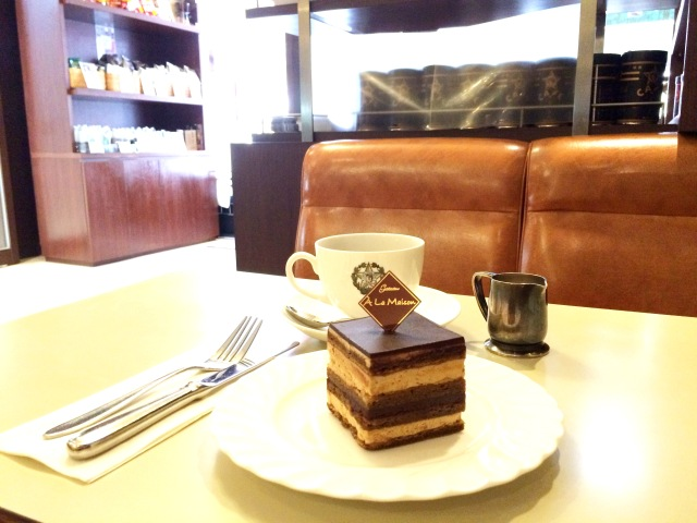【4月13日は喫茶店の日】銀座の老舗喫茶店「カフェーパウリスタ」のオペラを食べてみた / クラシカルな口福感がハンパない!