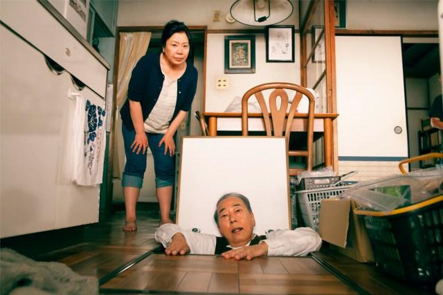 「岸部一徳さんが床下から顔を出してる」…このシチュエーションだけでジワジワ来る!! 映画『団地』にまつわる大喜利を募集中!