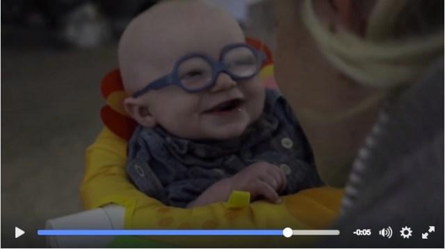 生まれつき目に障害を持つ赤ちゃんがメガネを装着! 初めてママを見た瞬間の反応に胸がキューン♡