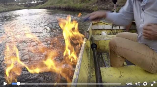 【衝撃映像】水が燃える!? キッチンライターで川に火を点けたら……勢い良く炎が上がった!!