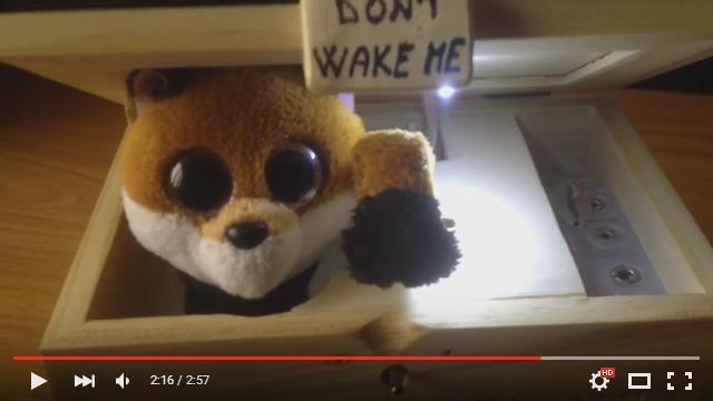 """スイッチを入れるとキツネがぴょこんと登場! 自分でスイッチをオフして去っていく """"おもちゃの動画"""" がネットで話題に"""