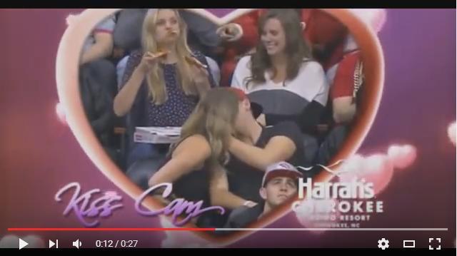 【キスカムは見た】「KISSしよう!」カメラに反応してキスを始めたカップル! しかし観客が注目したのは彼らの後ろにいた女性でした