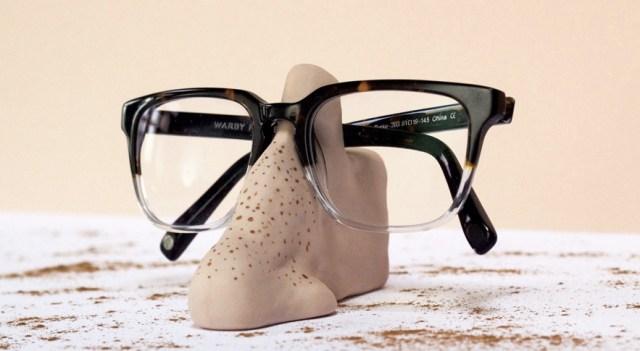 これでもうメガネを失くさない!「鼻」の形をしたユニークなメガネスタンドがあった☆