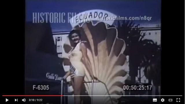1955年のミス・ユニバース世界大会の動画を発見! 巨大な貝がらのセットに立って美女たちが街中をパレードしてるよ…!!