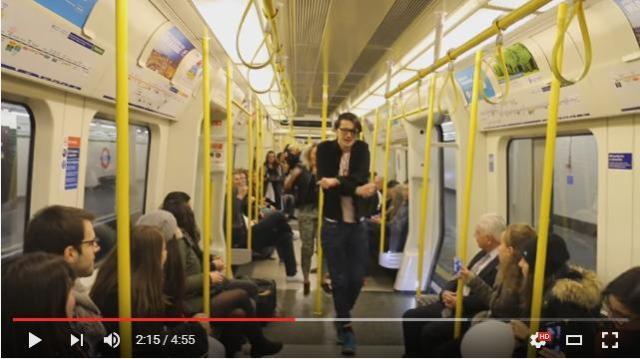 """地下鉄内で突然の """"追悼"""" ダンス! プリンスさんの曲で踊りまくる男性にちょっぴり元気をもらえます"""