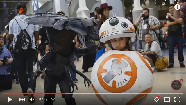 世界一可愛いスターウォーズ「BB-8」コスプレを発見! お隣のミニサイズエイリアンも負けじとキュートなのです♪