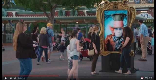 動く看板? いえいえ、話しかけてくれる看板です! ディズニーランドとジョニー・デップの素敵なドッキリ、笑顔あふれる動画に心があったまる♪